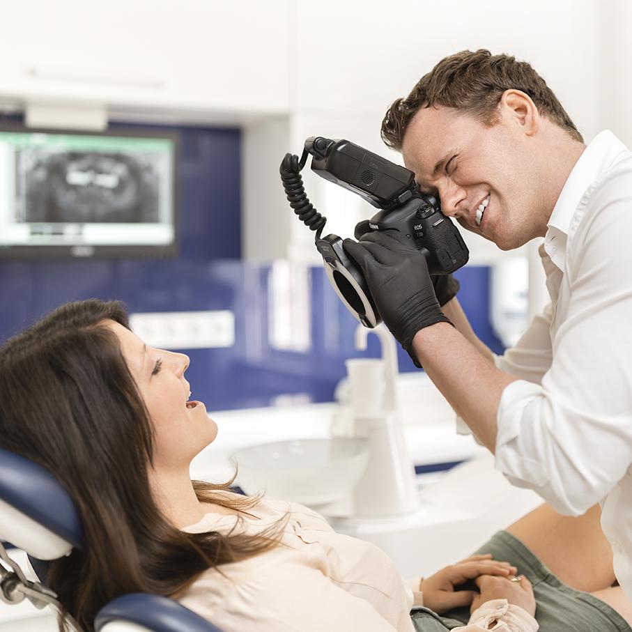 Deutscher Zahnarzt in Budapest: Dr. Jonas Höss mit Spezialkamera