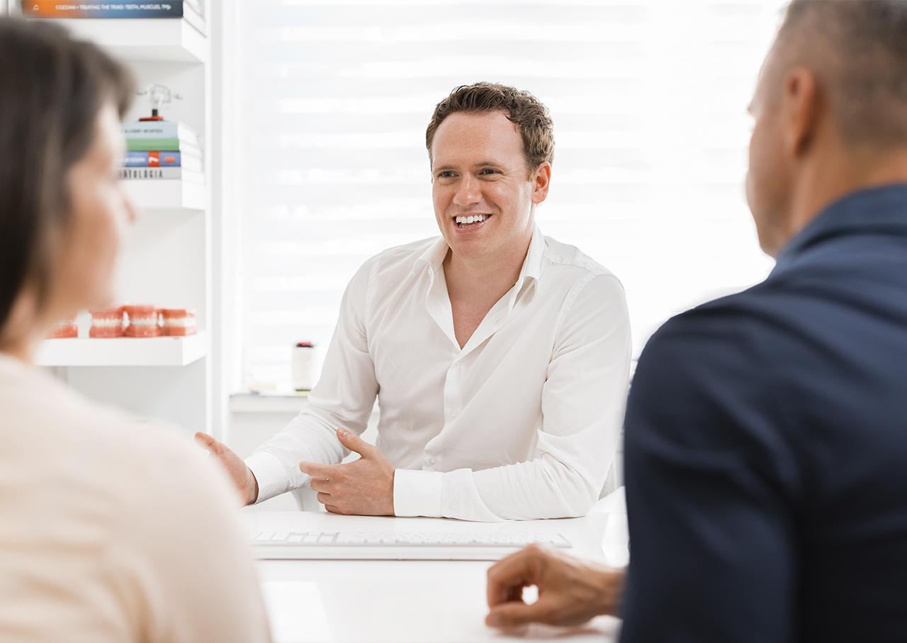 Deutscher Zahnarzt in Budapest: Dr.Jonas Höss in der Patientenberatung