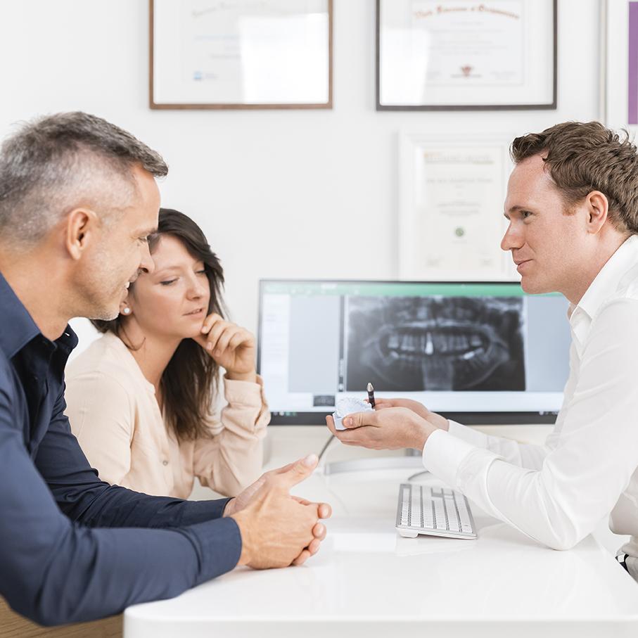 Deutscher Zahnarzt in Budapest: Dr. Jonas Höss im Patientengespräch